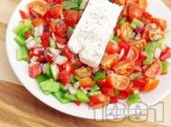 Салата с чери домати, зелени чушки и сирене
